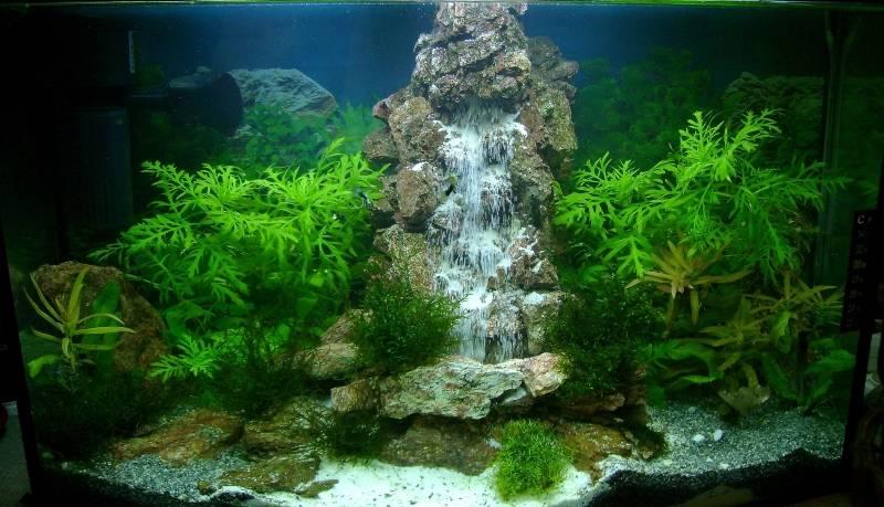 Красивый декор водопада в аквариуме